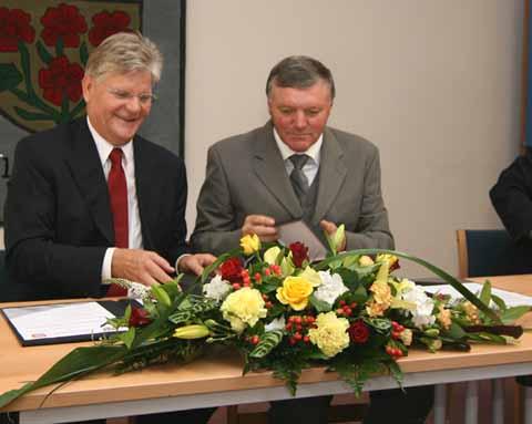 Dr. Herbert Burmeister und Janusz Klys nach der Unterzeichnung der Partnerschaft. (Foto: mwBild)