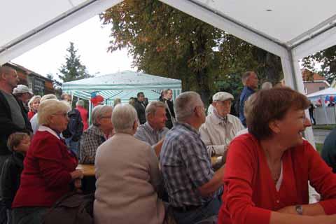 Trotz Schauer herrschte Hochstimmung beim Straßenfest in der August – Bebel – Straße!