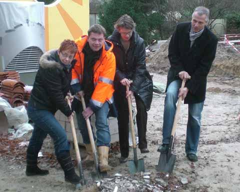 Kita Waldfrieden: Staatssekretärin Tina Fischer legte bei Beginn der Arbeiten an den Außenanlagen selbst mit Hand an!
