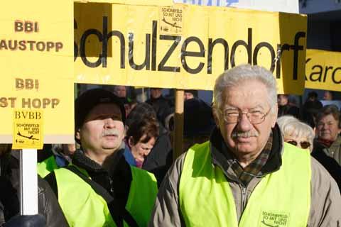 Eichwalde: Wieder Protest gegen Fluglärm. Viele Schulzendorfer unter den Demonstranten.