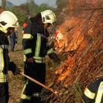 Feuerwehrleute entzünden das Osterfeuer 2011.