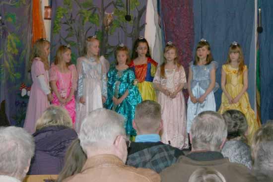 Die kleinen Prinzessinnen der Theatergruppe des Hortes bei einem früheren Auftritt. (Foto: Robus)