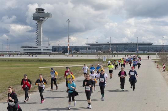 BER: Knapp 4.000 Läufer preschten über die neue Start- und Landebahn des Hauptstadtflughafens.