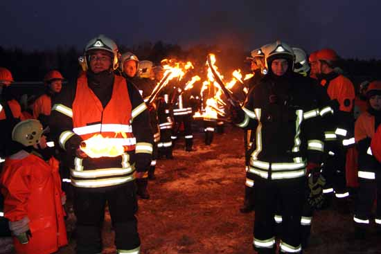 Nur noch wenige Augenblicke dann wird das Osterfeuer entzündet.(Foto: mwBild/Archiv)