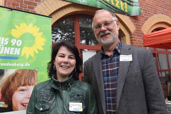 Die Bundestagsabgeordnete Annalena Baerbock und der Kreistagskandidat Lothar Treder – Schmidt warben für die Glaubwürdigkeit von Politikern. (Foto: Wolff)