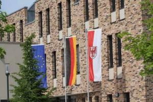 """""""Schwarze Vorhänge"""" zieren das Antlitz des Rathauses Schulzendorf, so die Auffassung eines Abgeordneten. (Foto: mwBild)"""