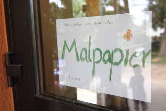 Der Schulzendorfer übergibt 2.500 Blatt Malpapier an Hortkinder ...