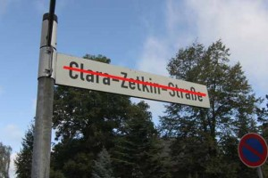 Hängt hier bald ein neues Straßennamensschild?
