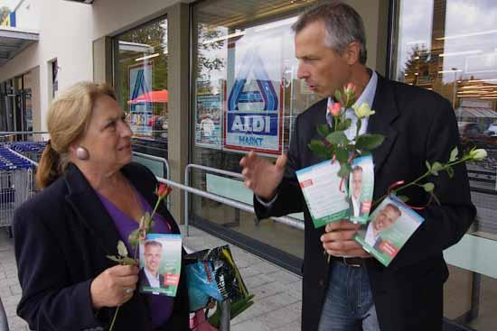 Ob Markus Mücke auch am Ende seiner Amtszeit noch einmal im Ortszentrum, wie hier im Bürgermeisterwahlkampf 2009 geschehen, Rosen an Frauen verteilt? (Foto: Wolff)