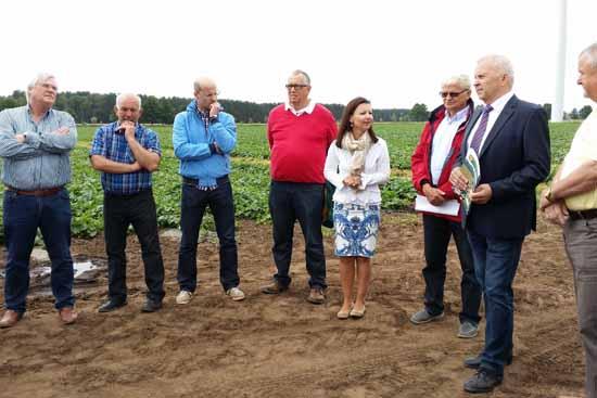 CDU - Bundestagsabgeordnete Jana Schimke im Gespräch mit Spreewald Bauern in Niewitz. (Foto: AZ)