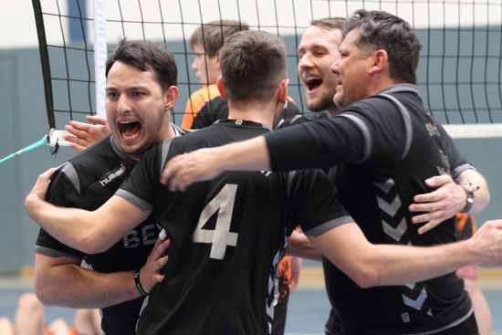 Die SVS Volleyballer beim Jubeltanz. (Foto: Wolff)