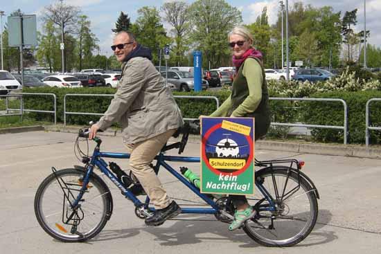 Der Grüne Gemeindevertreter Andreas Körner und Bürgerrechtlerin Christine Schütz sind aus Schulzendorf am Flughafen eingetroffen. (Foto:mwBild)