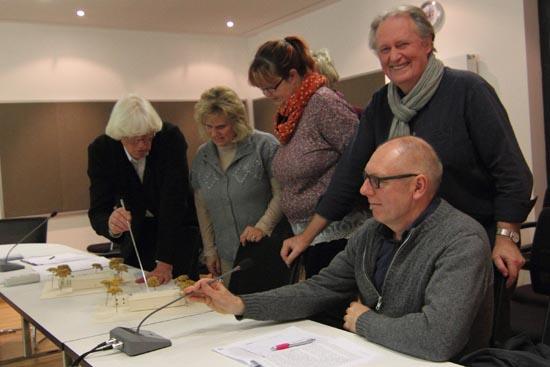 Chefplaner Carl Schagemann (li.) erläutert am Modell seinen Entwurf. (Foto:mwBild)