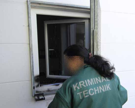 Symbolbild: Eine Polizeibeamtin sichert am Tatort Spuren (Foto: mwBild)