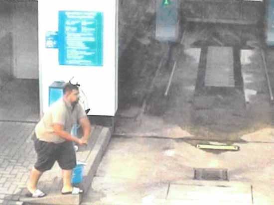 Die Polizei fragt: Tankstelle Waltersdorf – Wer kennt diesen KÖRPERVERLETZER?