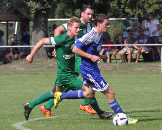 Im ersten Abschnitt rannten die Hausherren den VfB - Kickern oft nur hinterher. (Foto: mwBild)
