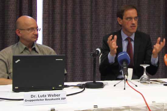 Prof. Dr. Philip Leistner (re.), Institutaleiter und Akustiker Dr. Lutz Weber (li.) stellten heute ihr Gutachten vor (Foto:mwBild)