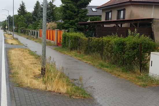 Eine rund drei Meter breite, sogenannte Vorfläche, die hinter dem Zaun verläuft, sollen Grundstücksbesitzer kaufen. (Foto: mwBild)