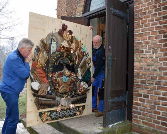 Das restaurierte Epitaph auf dem Weg in die Kirche (Foto: Burmeister)