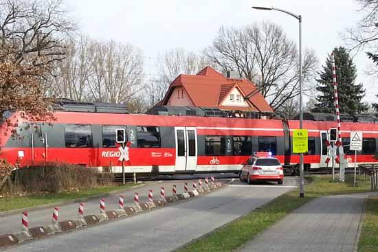 Hier rollt ein Fernzug bei geöffneten Schranken im Schritttempo am Bahnübergang Eichwalde/Friedenstraße vorbei. (Foto: Herbst)