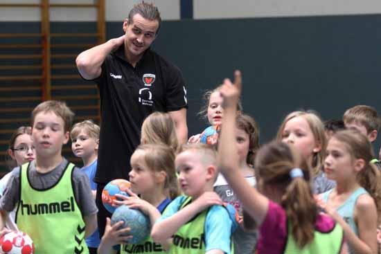 Kent Robin Tönnesen und die Schulzendorfer Handballer (Foto: mwBild)