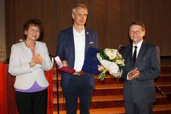 Henryka Kaminczak, Stadtratschefin (li.) und Bürgermeister Jerzy Fabis (re.) bei der Ehrung (Foto: Gemeinde Kargowa)