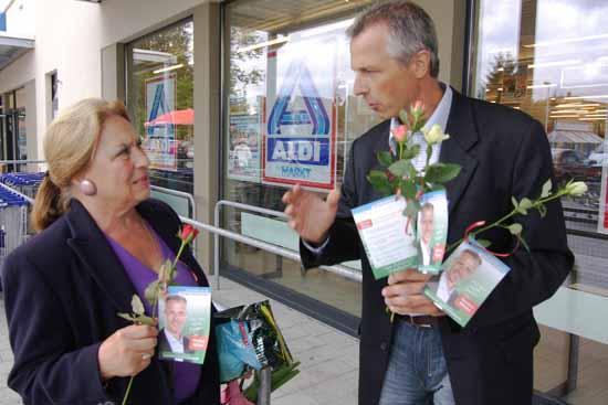 Ortszentrum 2009: Markus Mücke verschenkt Rosen und gibt Versprechen ab. Viel ist aus seinen Zusagen nicht geworden. (Foto:mwBild)