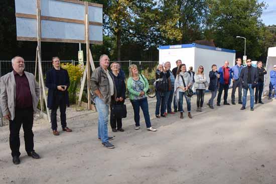 Bauchef Jörg Sonntag (li) mit Abgeordneten und Gästen vor dem Kita Gebäude. (Foto: H. Burmeister)