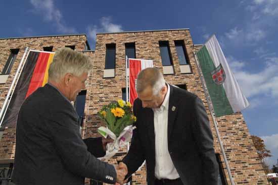 Markus Mücke nimmt die Blümchen von Gemeinderatschef Dr. Burmeister entgegen. (Foto: mwBild)