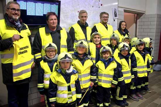 Sicher unterwegs: Jüngster Feuerwehrnachwuchs bekommt Warnwesten