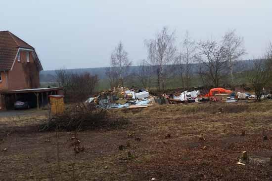 Warum bekommen Anwohner nicht mit, wenn illegal Müll in unmittelbarer Nähe ihrer Häuser abgekippt wird? (Foto: mwBild)