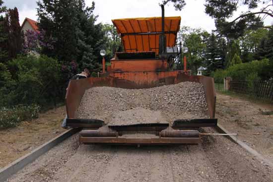 Straßenbau: Einbau einer Tragschicht aus RC Material. (Foto: mwBild)