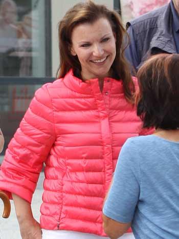 Jana Schimke im Gespräch mit einer Schulzendorferin. (Foto: mwBild)