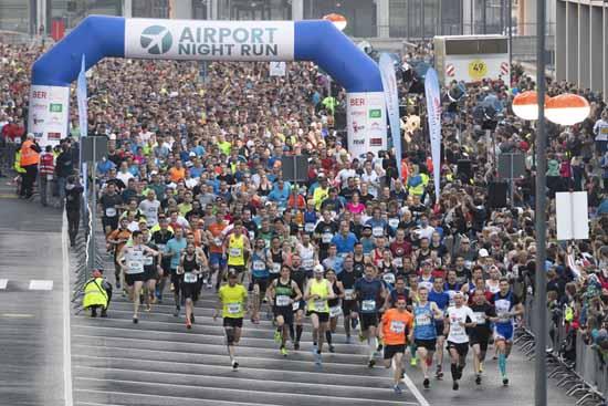 Um 19 Uhr gab es den ersten Startschuss für die Marathon Läufer. (Foto: Wicker/Flughafen Berlin Brandenburg GmbH)