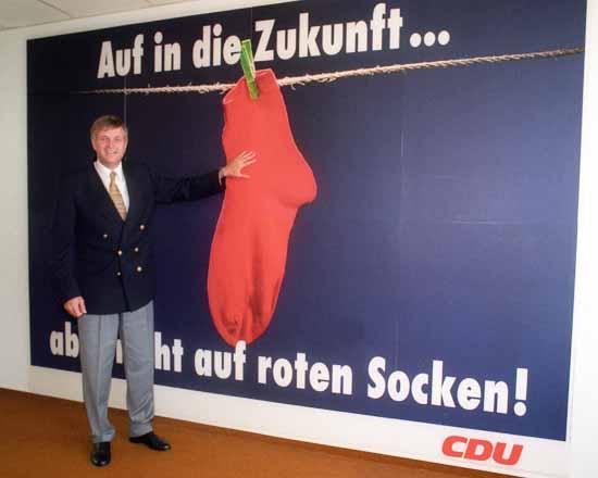 CDU-Generalsekretär Peter Hintze (BRD) 1994 bei der Vorstellung der Rote-Socken-Kampagne. (Foto: imago/Sepp Spiegl)