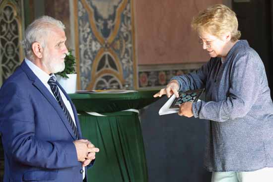 Dr. Heidi Burmeister überreicht dem Bürgermeister von Prag - Vinor, Frantisek Svarc, ein Gastgeschenk, ein historisches Bleiglas. (Foto: mwBild)