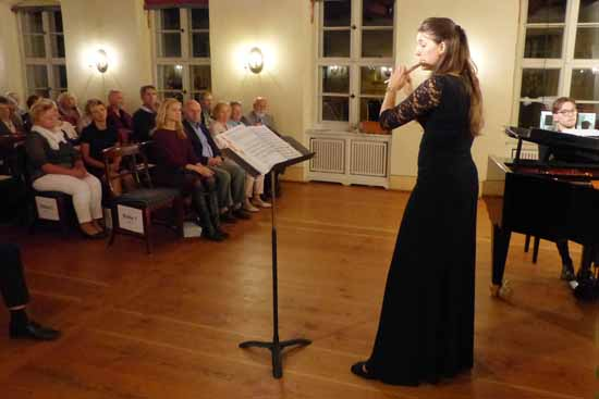 Im Konzert mit duo suono im Kavalierhaus des Schlosses Königs Wusterhausen erlebte das Publikum eindrucksvolle Impressionen aus Frankreich in der Musik. Foto: Norbert Vogel.