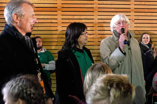 Chefplaner Schagemann richtet Grußworte an die Besucher. Links im Bild: Bürgermeister Mücke und Hortchefin Haake. (Foto: Dr. H. Burmeister)