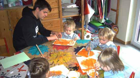 Die kleinen Künstler arbeiten an ihren Werken (Foto: Naturkita e.V.)