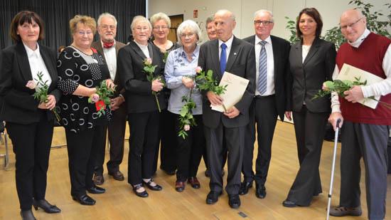 Dr. Paul Stahlberg (rechts) und Senioren aus Brandenburg nehmen die Ehrung von Ministerin Karawanskij (2. v.r.) entgegen.