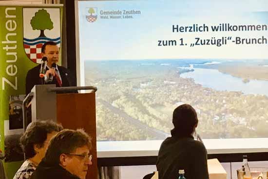 Sven Herzberger begrüßt die Zeuthener Neubürger (Foto: KUF)