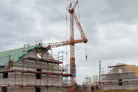 Kranausleger stürzt auf Neubau