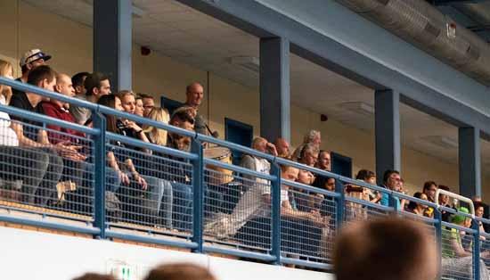 """""""Trommel Uwe"""" gibt auf der Zuschauer Tribüne die Töne an (Foto: E. Schletter)"""