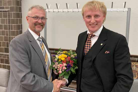 Karl Uwe Fuchs nimmt Glückwünsche vom Vorsitzenden der Fraktion CDU/FDP/Bauern ,Olaf Schulze, entgegen.