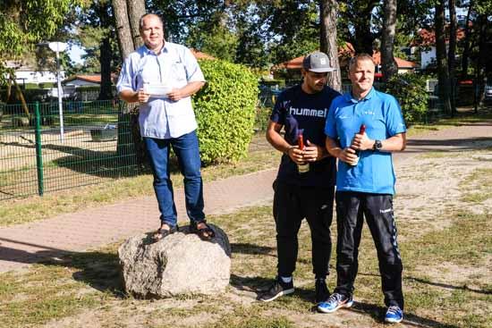 v.l.: SV - Präsident Frank Hartmann, die beiden Trainer Steven Wilke und Jörg Grabow
