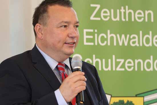 Eichwaldes Bürgermeister Jenoch besiegelt die Vereinbarung. (Foto: mwBild)