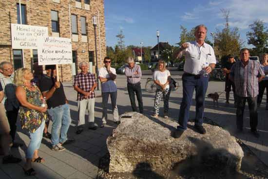 Joachim Kolberg spricht auf einer Kundgebung, auf der eine Ortsentwicklung mit Augenmaß gefordert wurde. (Foto: mwBild)