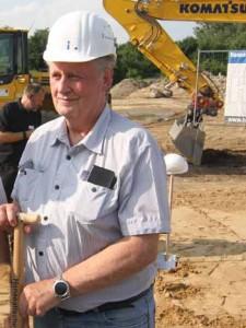 Das neue Wohngebiet stellt die Gemeinde vor großen Herausforderungen. CDU - Chef Kolberg beim Spatenstich von Investor HIT. (Foto: mwBild)