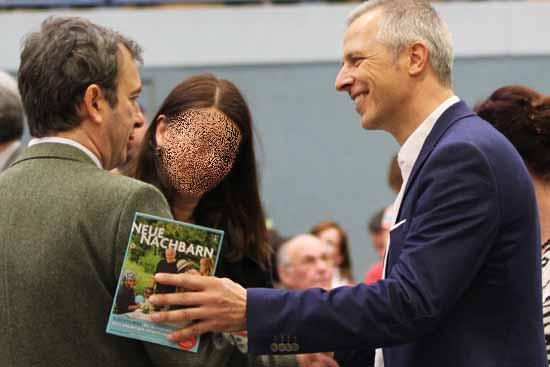 Scheinen gute Freunde zu sein, Israel Urenkel Jochen Palenker (li) und Bürgermeister Mücke bei einem Schulkonzert. (Foto: mwBild)