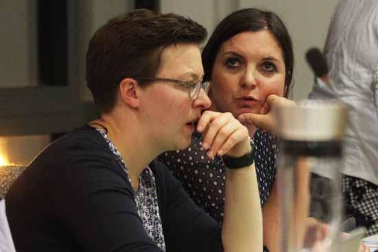 Bündnis 90/Die Grünen wollen mit ihrem Antrag die Arbeit der Feuerwehr wertschätzen. Im Bild: Fraktionschefin Claudia Stölzel (li.) und Michaela Lindovsky (Foto: mwBild)
